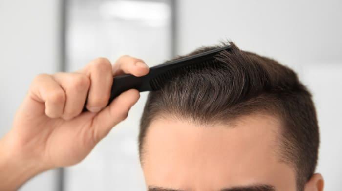 Haarstruktur Veraenderung - Junge Mann kämmt seine Haare