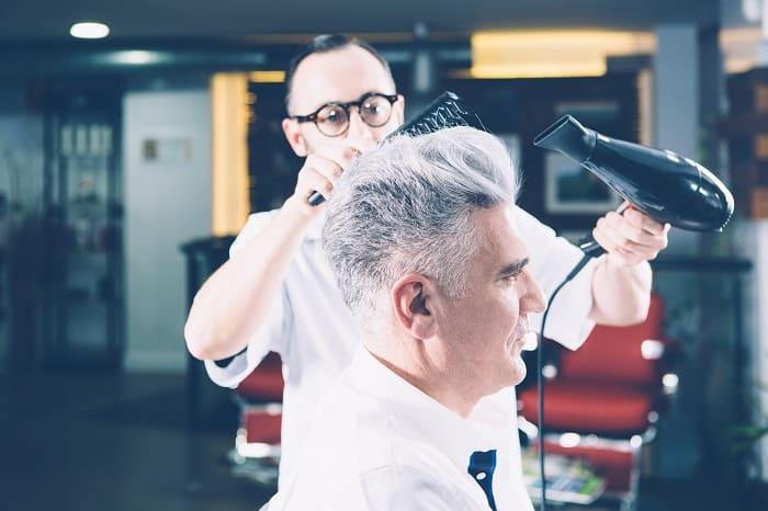 Mann mit grauem Haar beim Frisur