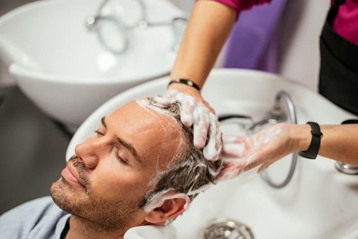 Haarpflege bei Haarausfall - Haare waschen