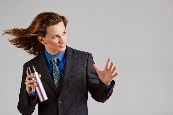 Junger Mann mit langen brauen Haare