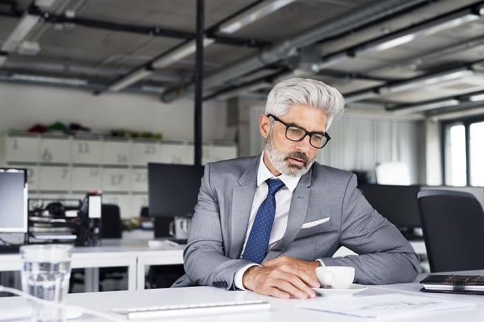 Mann mit grauem Haar